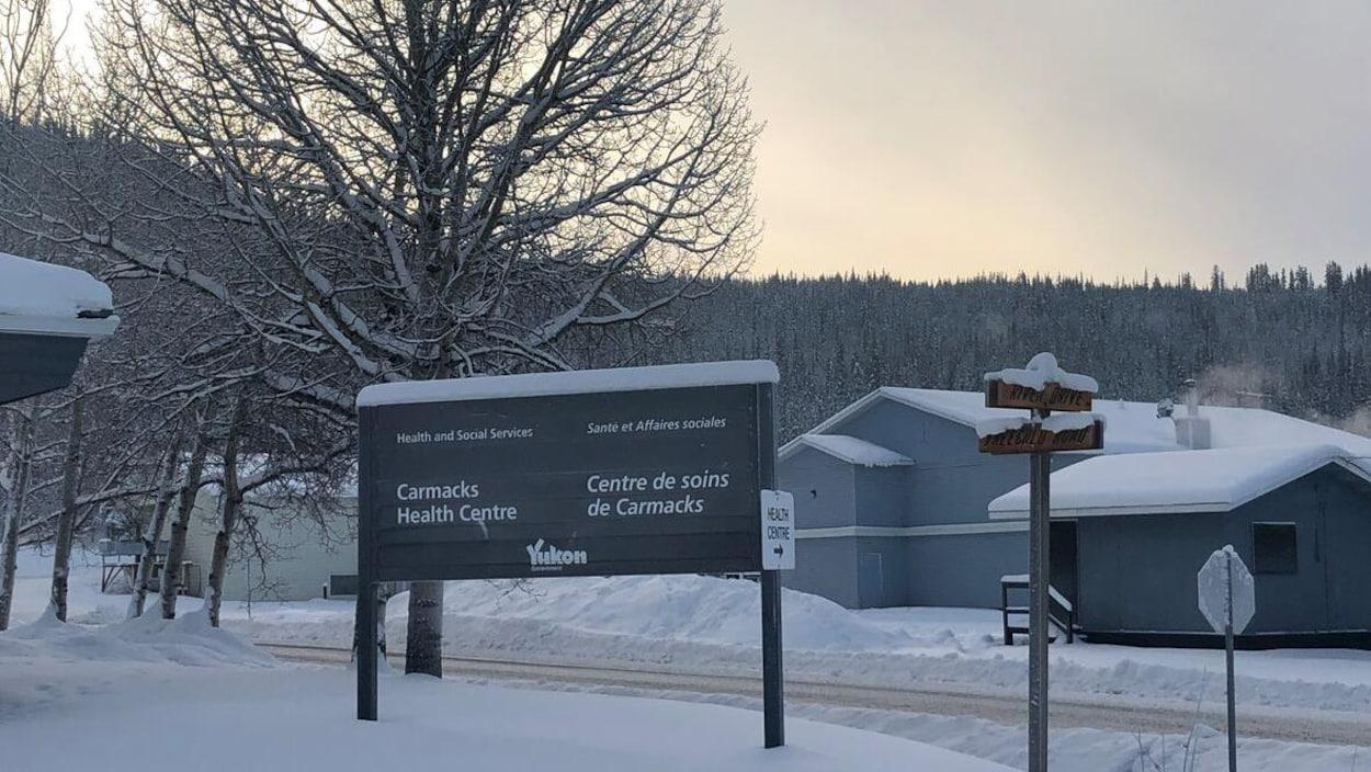 Une affiche du centre de soins de Carmacks.