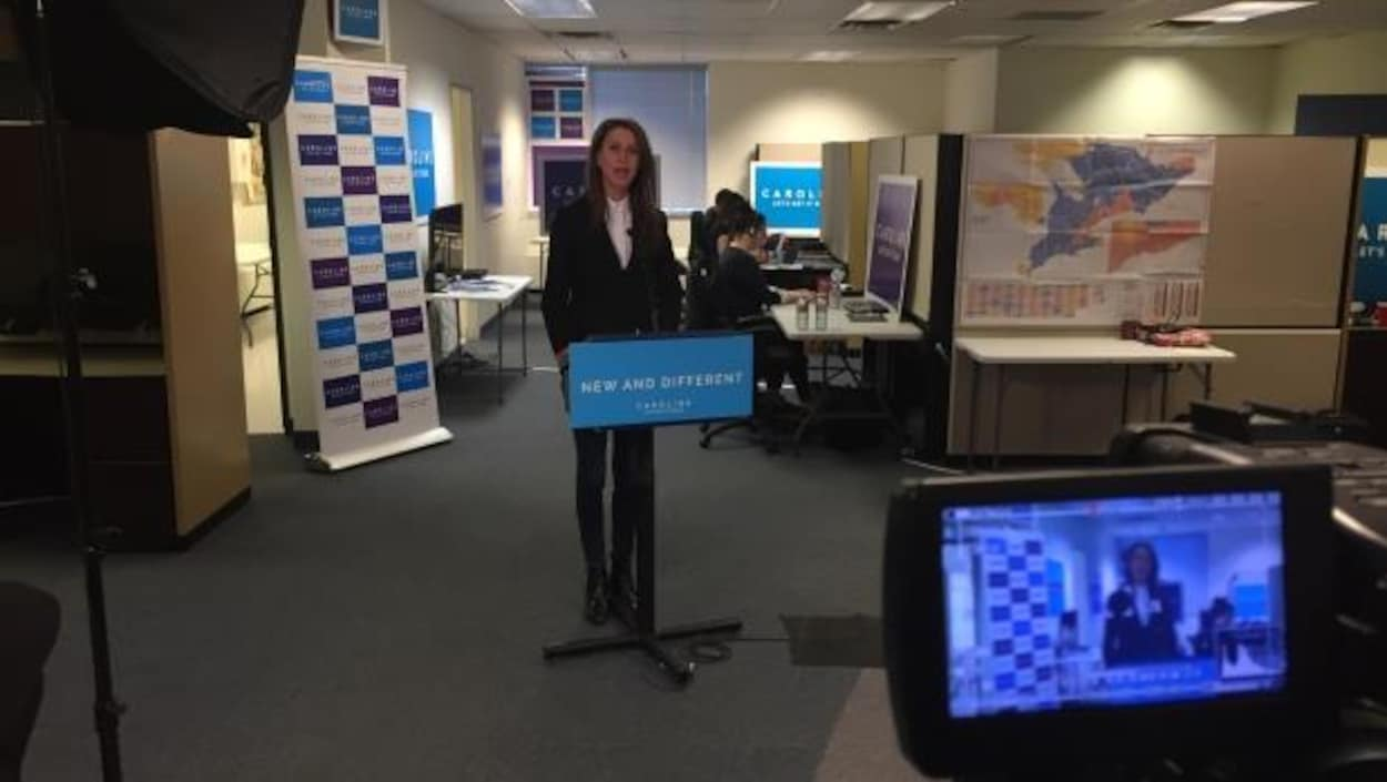 Caroline Mulroney se tient derrière un podium