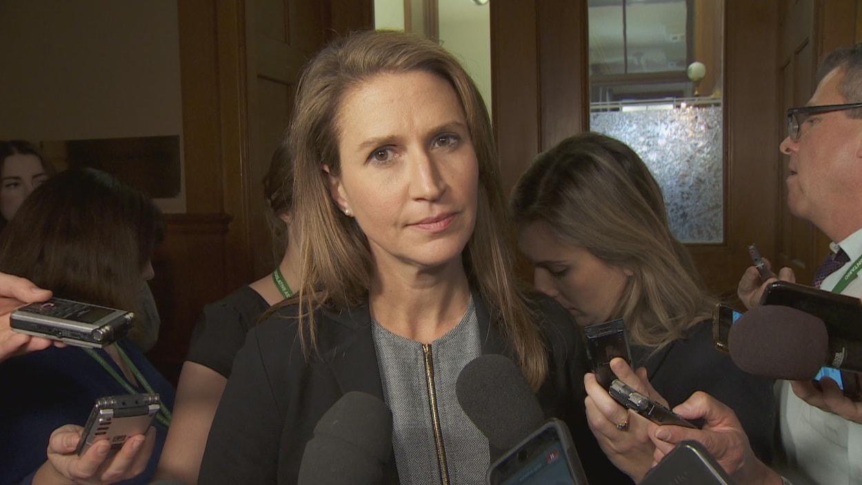 La ministre des Affaires francophones, Caroline Mulroney regarde la caméra lors d'une mêlée de presse à Queen's Park.