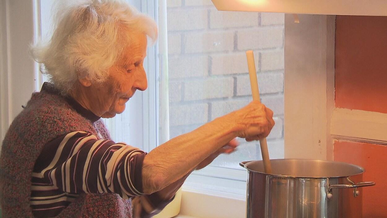 Une résidente de la maison Carpe Diem brasse la soupe