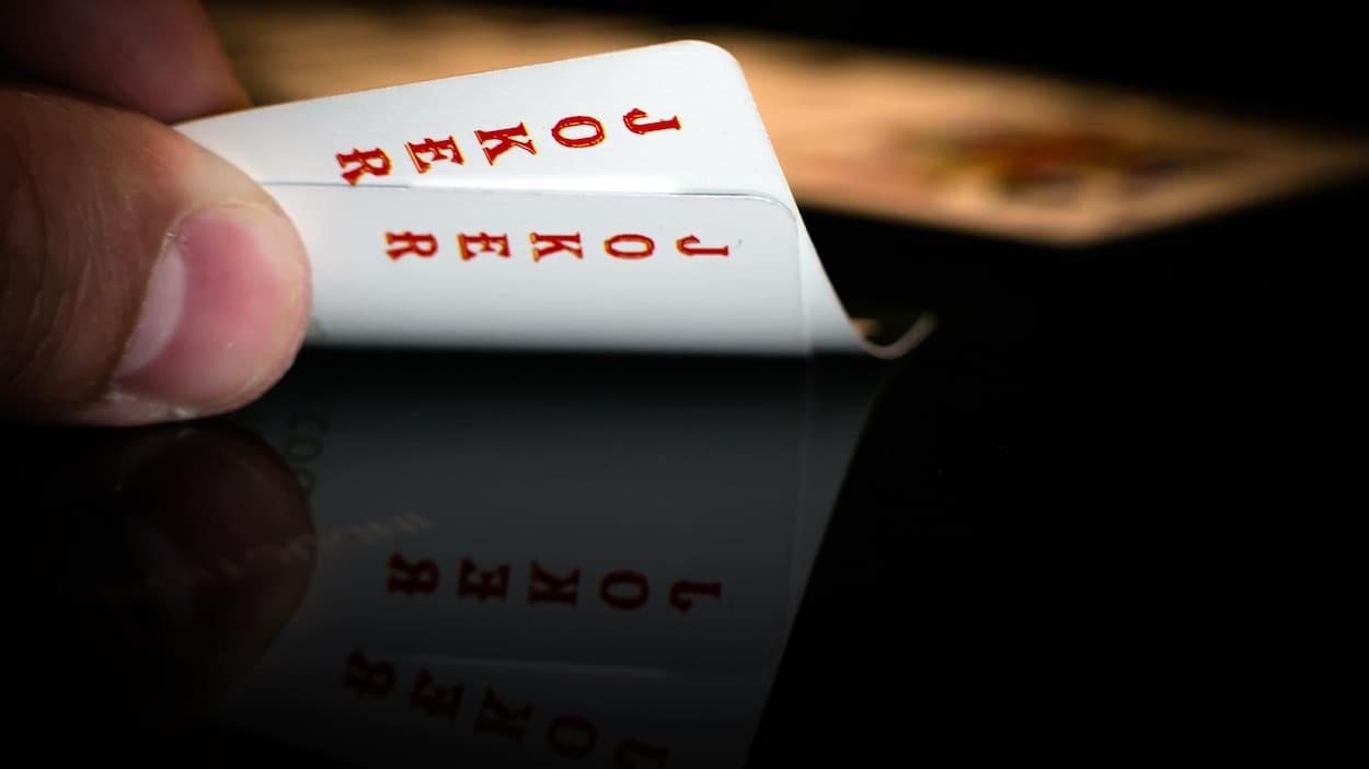 Deux cartes à jouer qui se révèlent être des jokers.