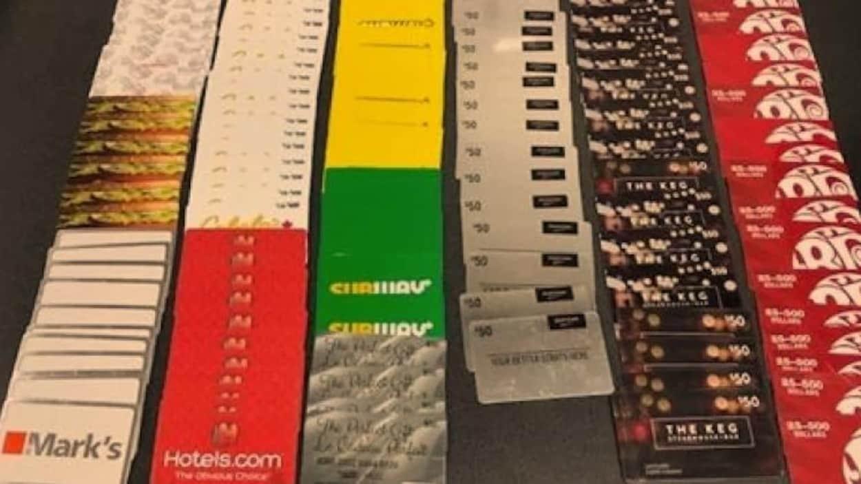 Des cartes-cadeaux saisie liées à divers commerces dont Subway, The Keg et Mark's.