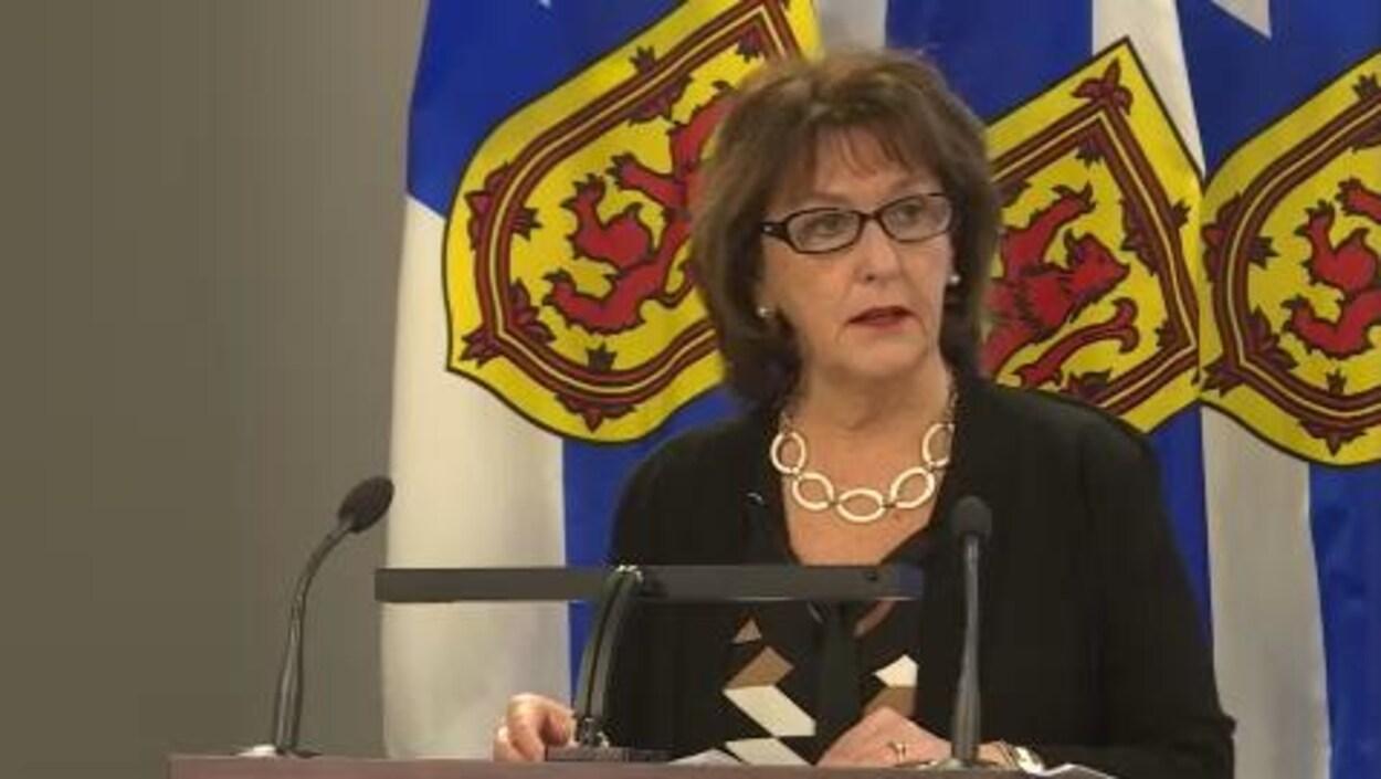 La ministre de l'Éducation, Karen Casey, n'est pas d'accord avec l'expert.