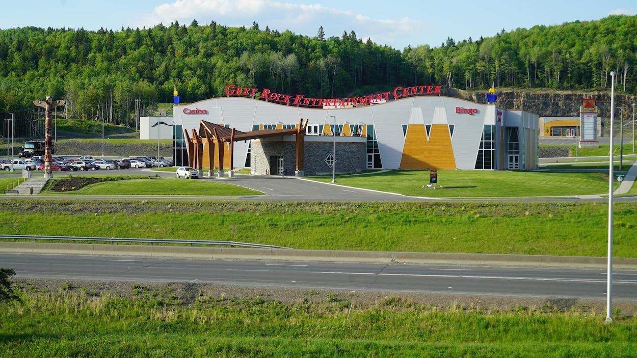 Le casino se trouve le long de la Transcanadienne.