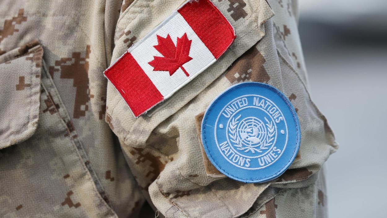 Écussons sur l'uniforme d'un membre des Forces canadiennes d'une mission de maintien de la paix des Nations Unies.