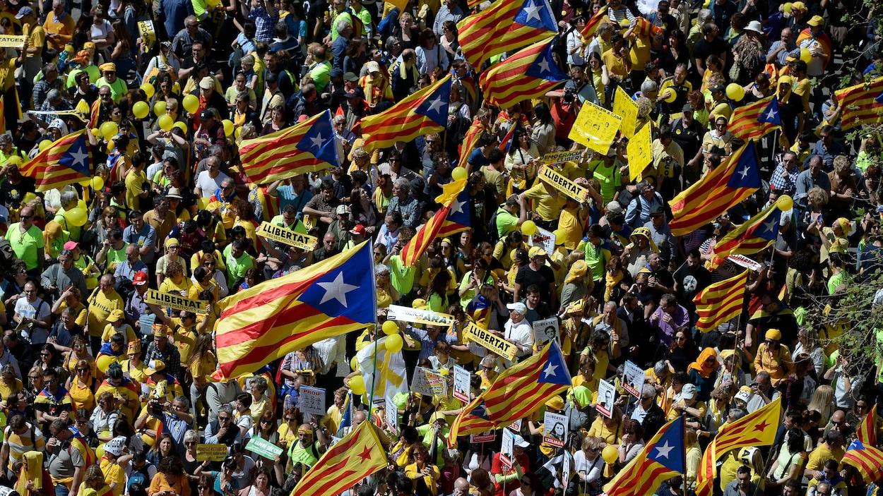 Des milliers de manifestants ont pris la rue d'assaut à Barcelone, dimanche, pour protester contre l'emprisonnement des leaders indépendantistes catalans.