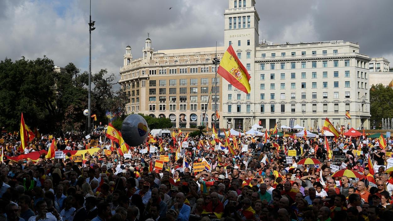 Une foule brandissant des drapeaux espagnols manifeste à Barcelone