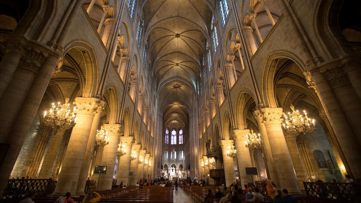 Vue de l'intérieur de la cathédrale Notre-Dame de Paris, le 18 octobre 2012.