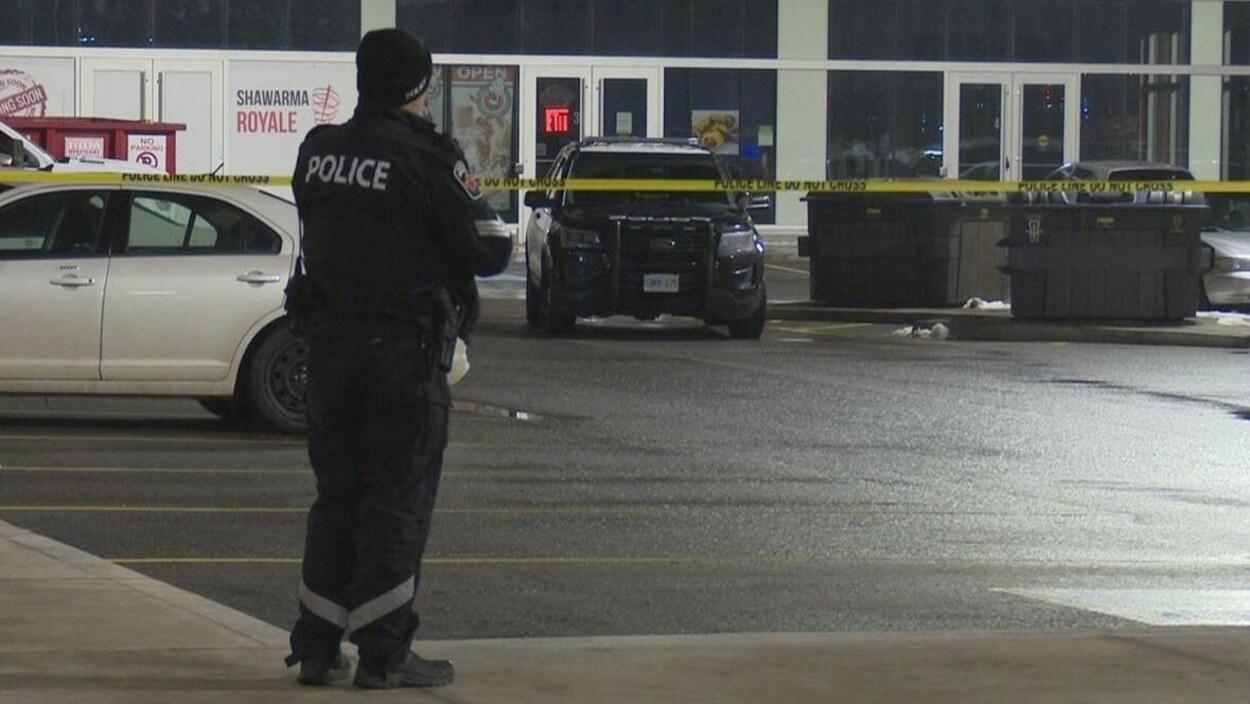 Un enquêteur est sur les lieux où un périmètre de sécurité a été érigé.