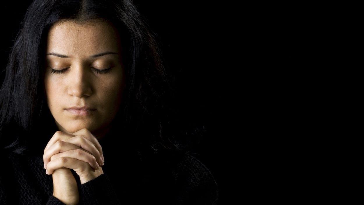 Une femme en prière