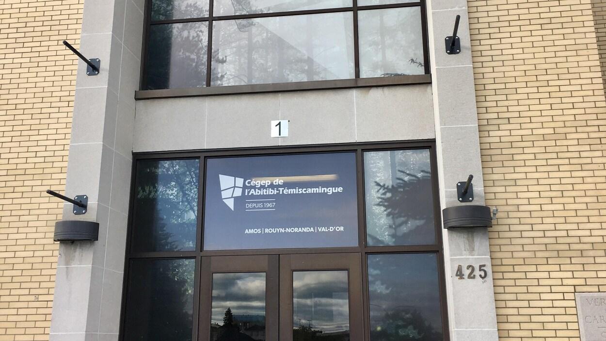 La porte d'entrée avec le logo du Cégep.