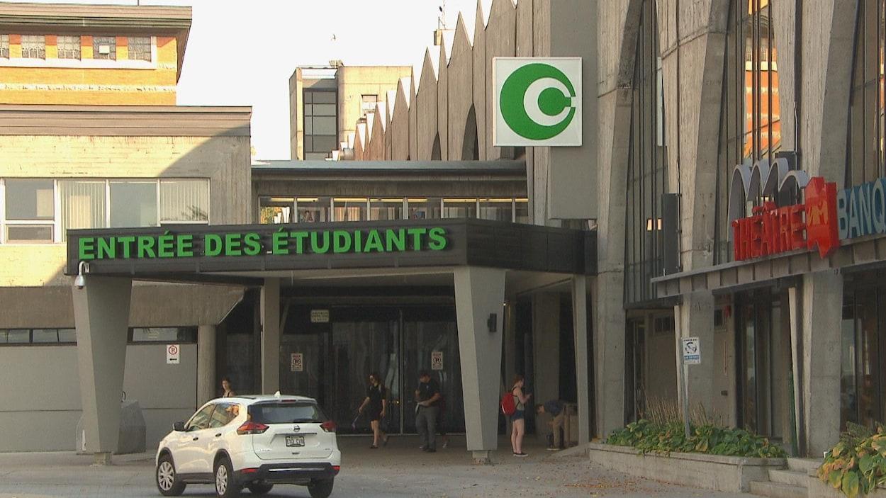 L'entrée des étudiants au Cégep de Chicoutimi
