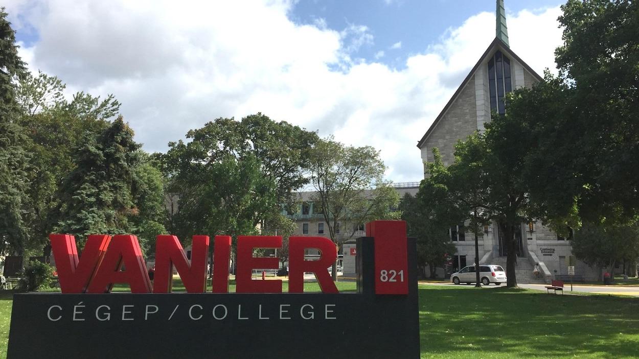 Le cégep anglophone Vanier, à Saint-Laurent, reçoit chaque année plusieurs étudiants de langue maternelle francophone.