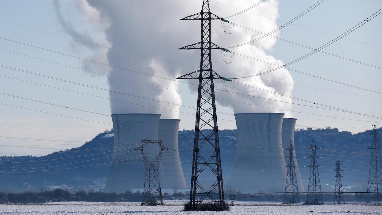 Des pylônes de lignes électriques à haute tension près de la centrale nucléaire de Bugey après de fortes chutes de neige à Saint-Vulbas en France