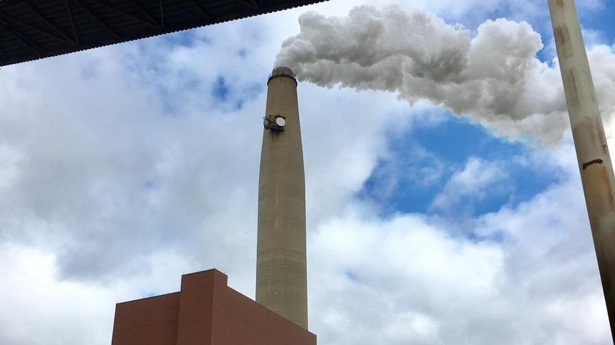 La cheminée et une partie du bâtiment de la centrale.