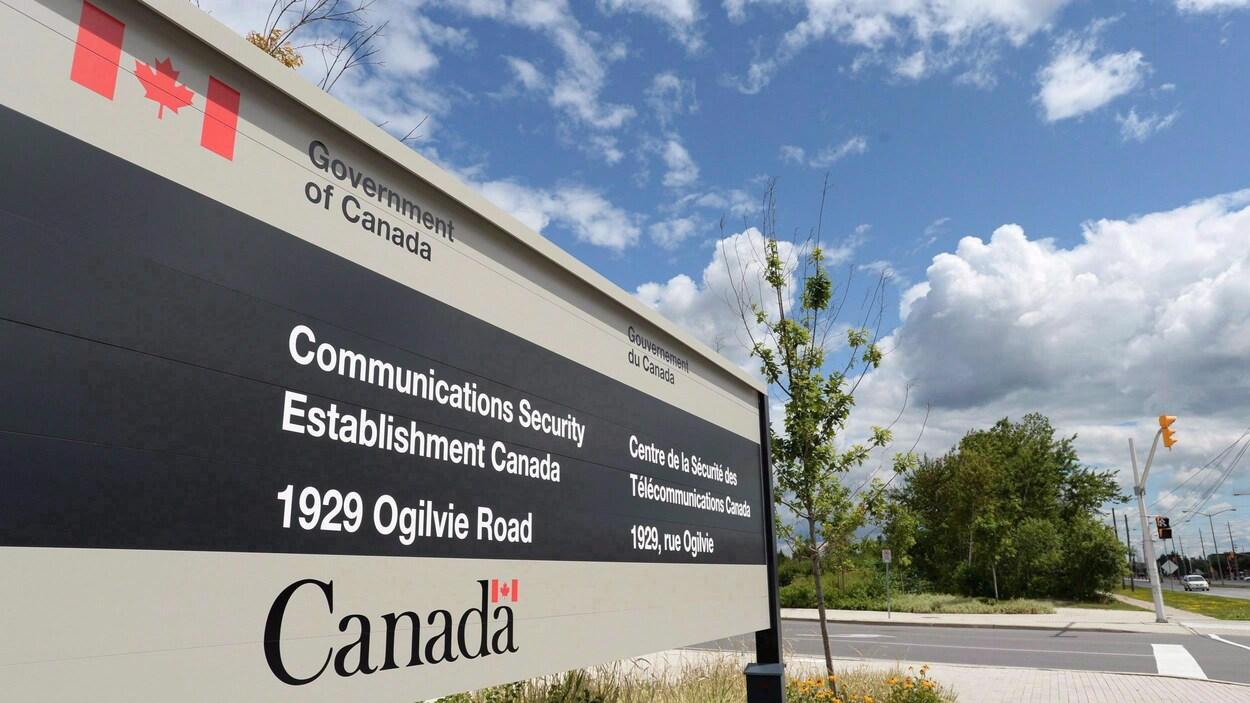 L'enseigne devant l'immeuble abritant le Centre canadien de la sécurité des télécommunications à Ottawa