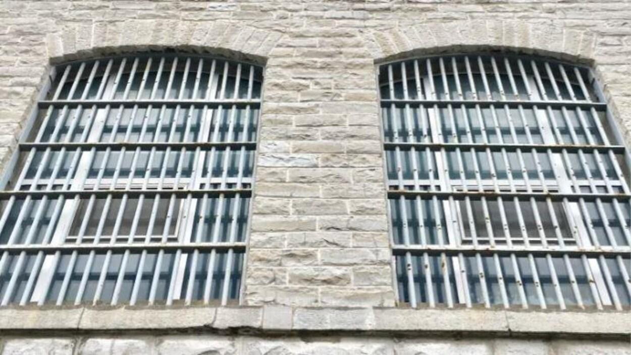 Deux fenêtres barricadées d'une prison.