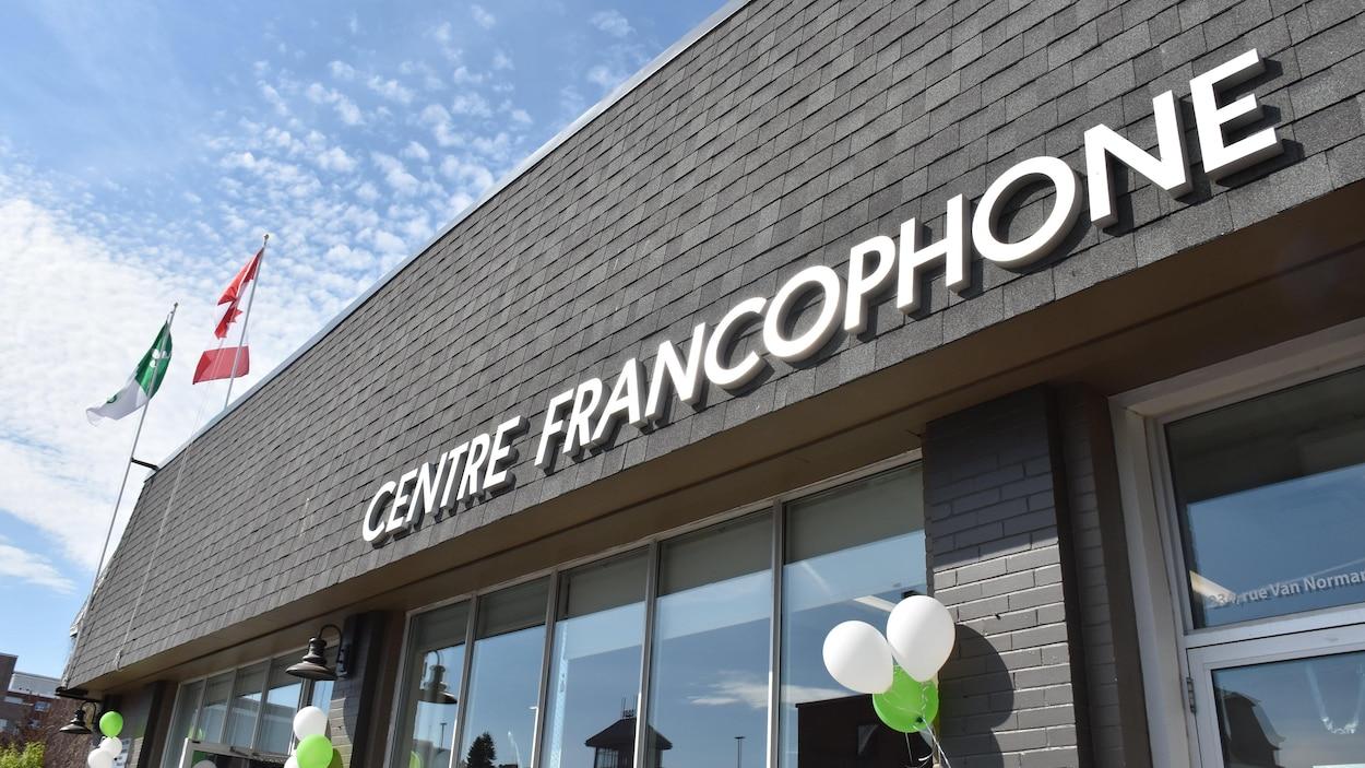 La façade du Centre francophone de Thunder Bay, sur laquelle sont accrochés des ballons.
