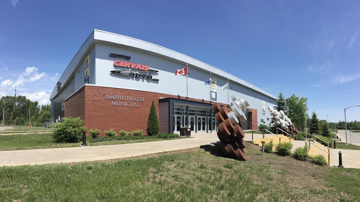 La façade du centre Gervais Auto à Shawinigan en été.
