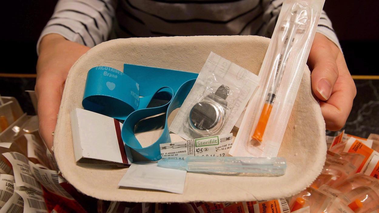 Un plateau contenant des fournitures médicales disponibles à un centre d'injection supervisée.