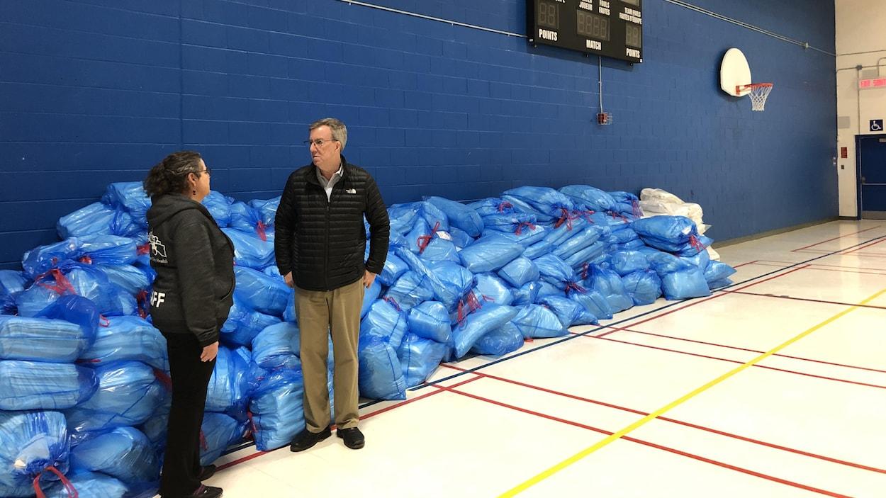Le maire d'Ottawa discute avec une personne dans un centre d'isolement pendant la pandémie du nouveau coronavirus.