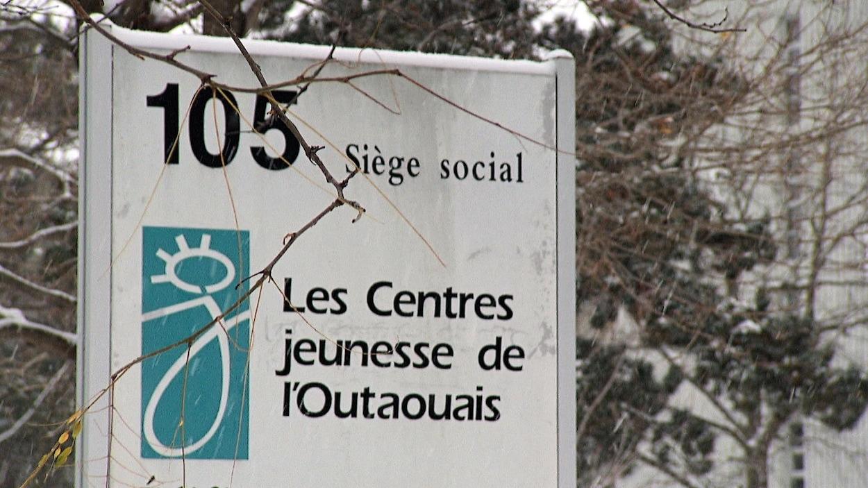 Un panneau affiche le nom des Centres jeunesse de l'Outaouais.