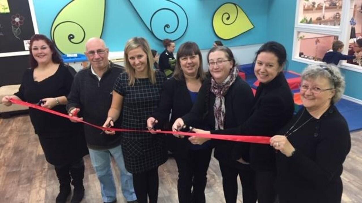 Des intervenants du Centre Pie de Drummondville coupe le ruban symbolisant l'ouverture des nouveaux locaux.