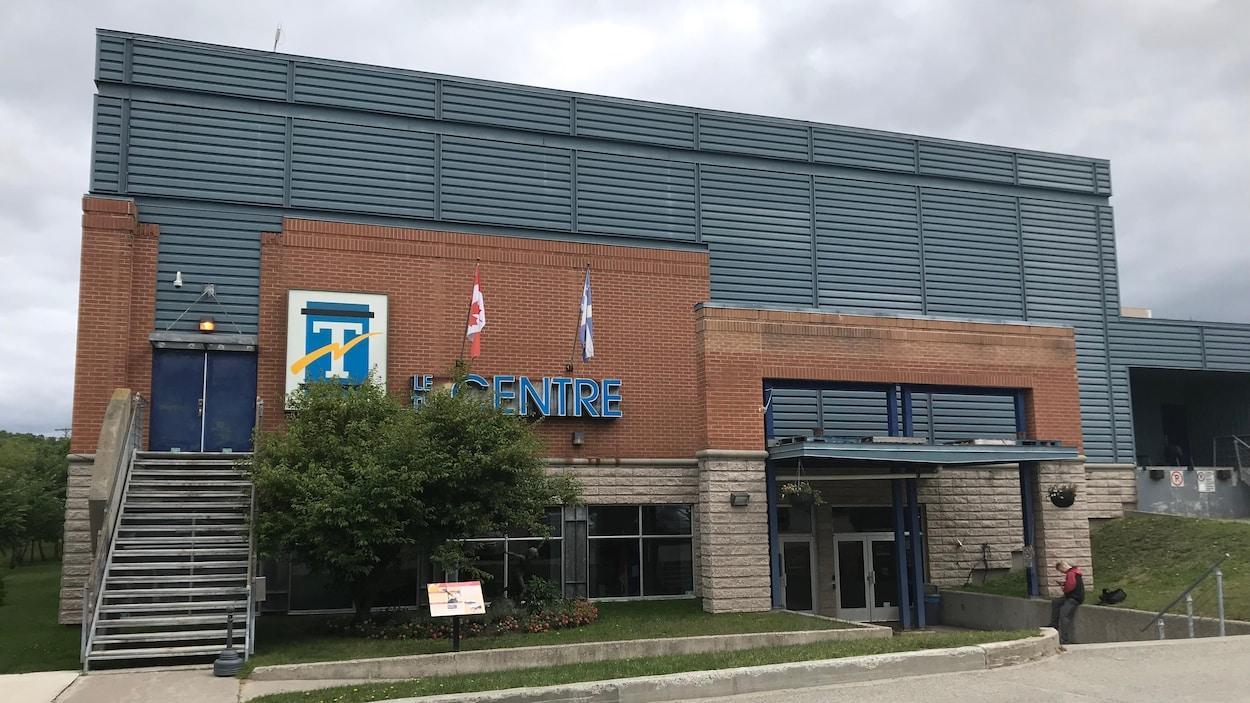 Un bâtiment en briques avec le logo de la Ville de Témiscamingue indique Le Centre.
