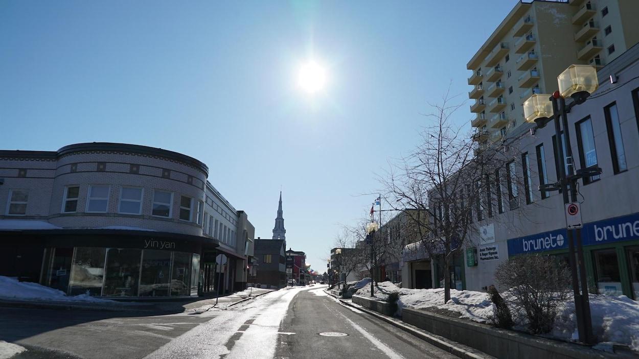 La rue Saint-Germain, en hiver. Aucune auto ni piéton n'y circulent.
