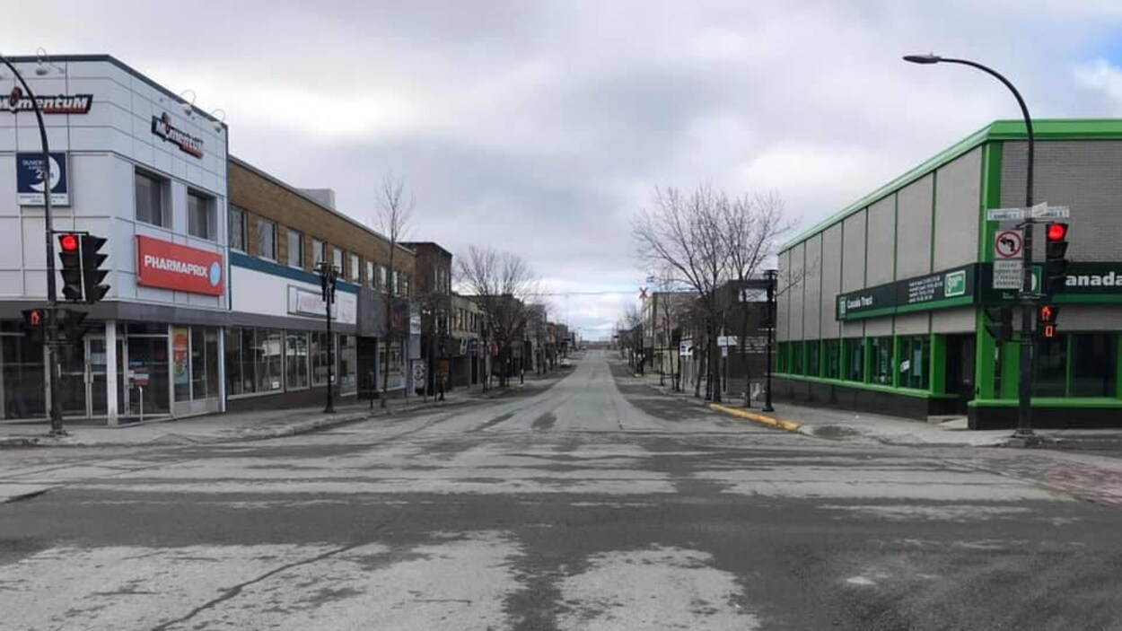 La rue Principale de Rouyn-Noranda, au printemps, déserte un dimanche matin.