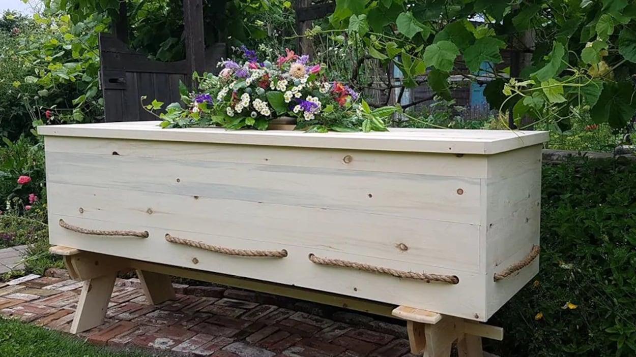 Un cercueil en bois.