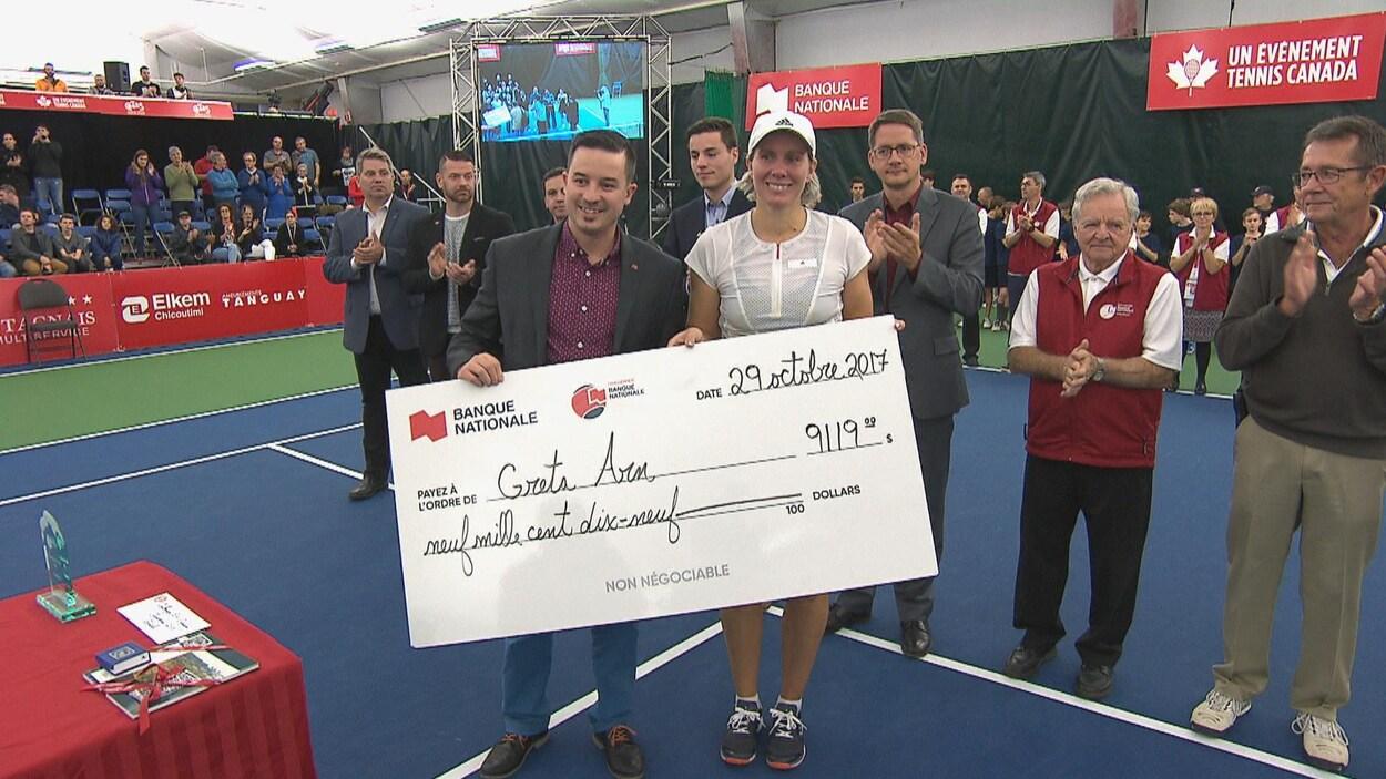 Greta Arn reçoit son chèque