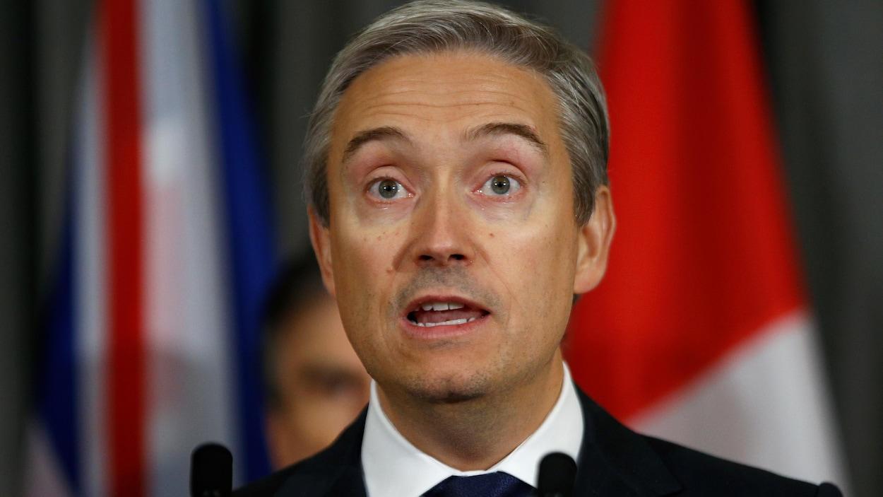 François-Philippe Champagne parle devant un lutrin lors d'une réunion à Londres.