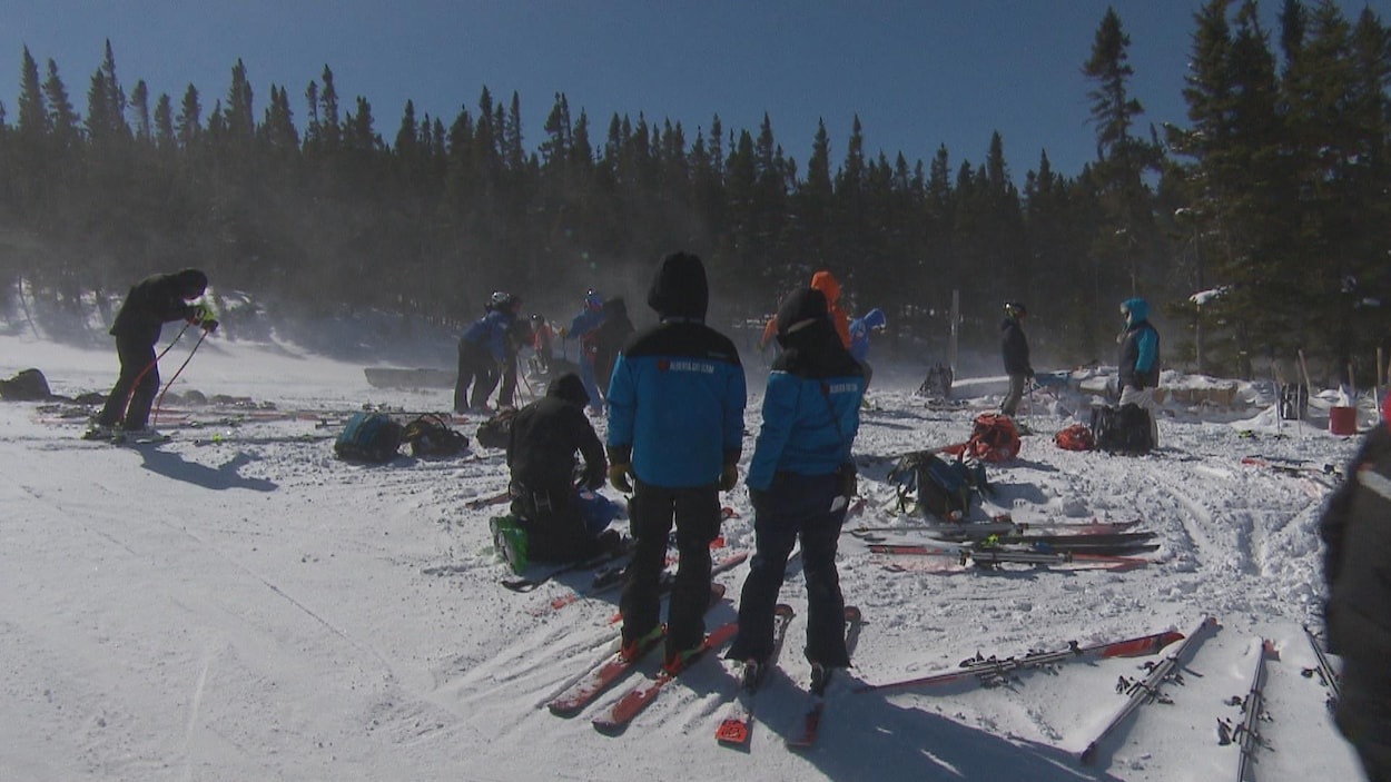 Des athlètes sont en haut de la piste et remballent leur matériel.