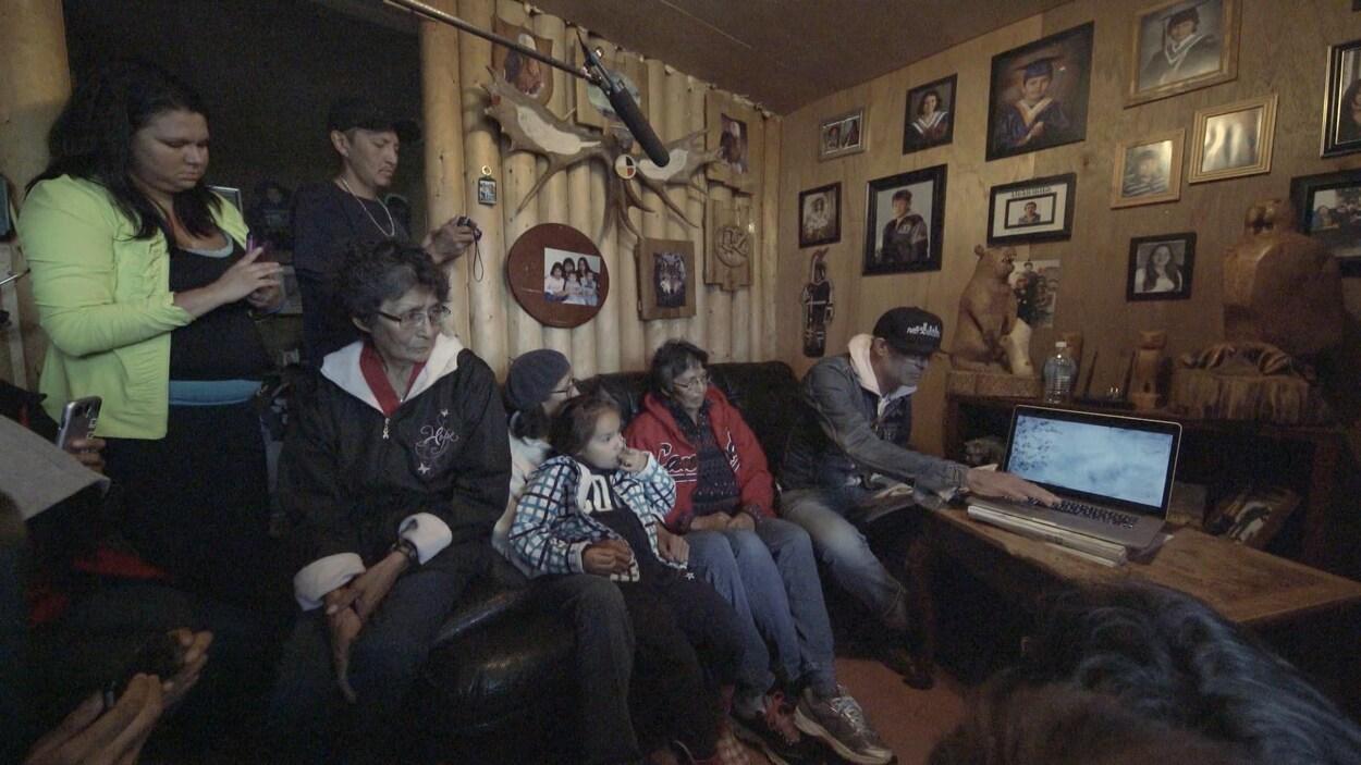 Gord Downie avec la famille de Chanie Wenjack