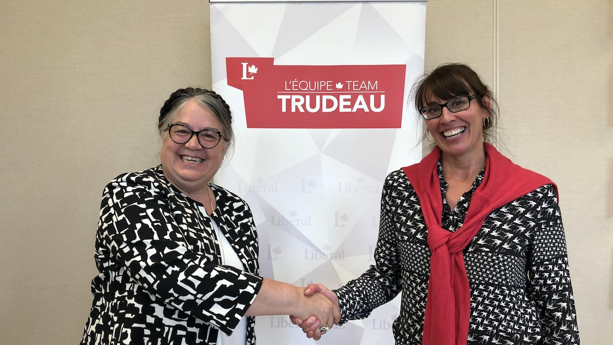 La ministre du Revenu national, Diane Lebouthillier avec la candidate libérale Chantal Pilon lors de son investisture, dimanche, à Rimouski.