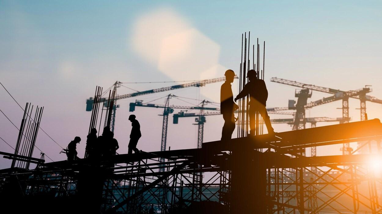 Des travailleurs sur un chantier de construction.