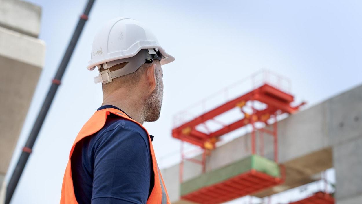 Un ingénieur vérifie une structure de béton
