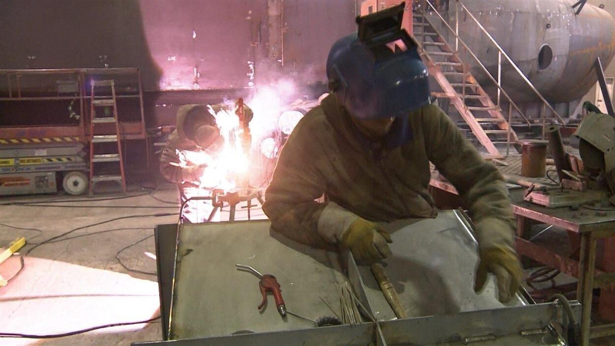 Un soudeur au chantier naval Forillon, à Gaspé.