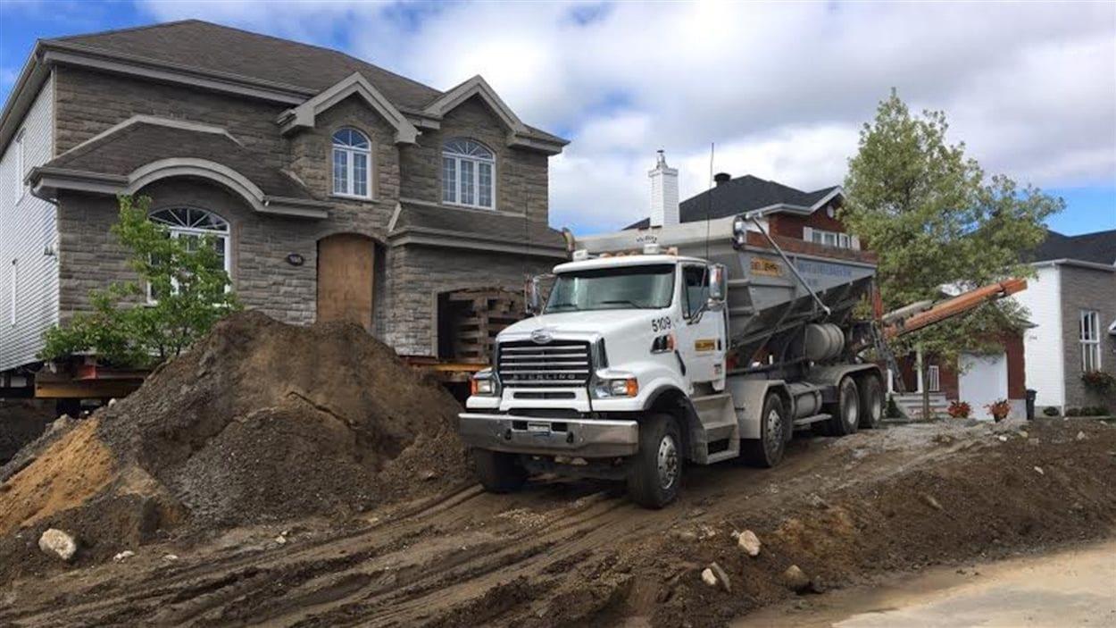 Une maison de Trois-Rivières soulevée pour des travaux de réparation à cause de la pyrrhotite.