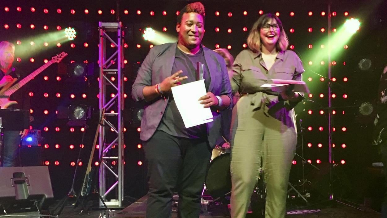 Les deux de gagnants de la soirée du Chant'Ouest 2019 sur scène après avoir reçu leur prix.