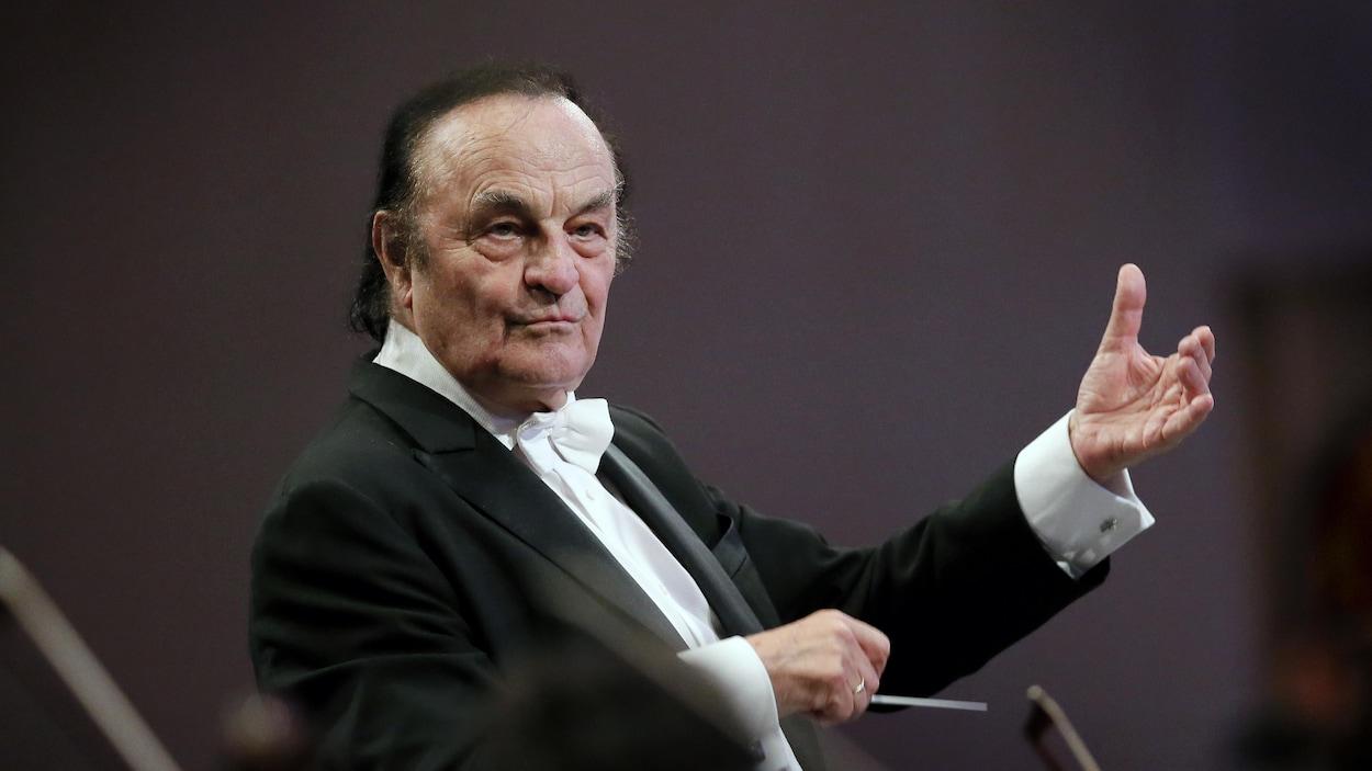 Charles Dutoit dirigeant le Royal Philharmonic de Londres en septembre dernier.