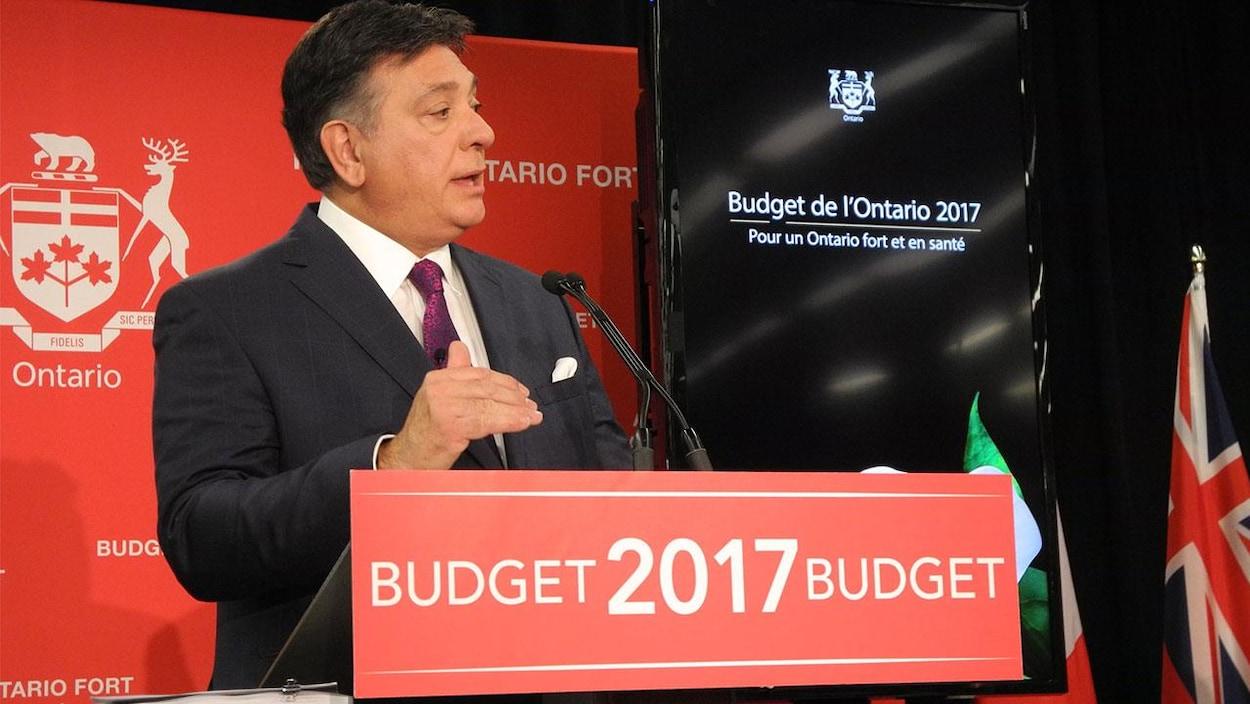 Photo de Charles Sousa au pupitre pour le budget de l'Ontario 2017