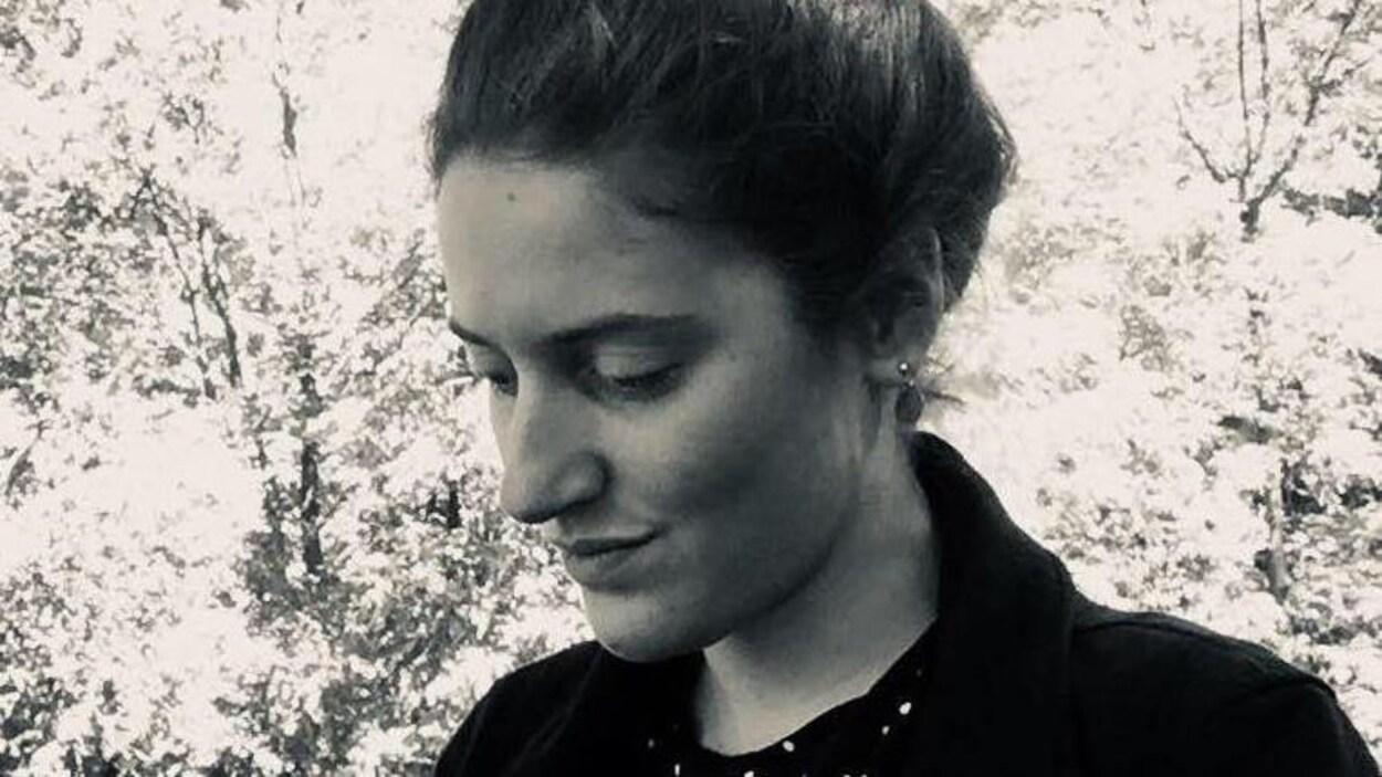 Portrait en noir et blanc de l'auteure Charlotte Biron