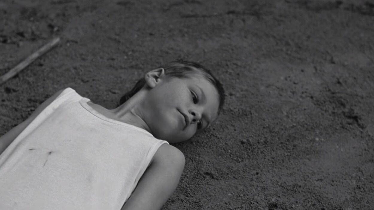 Une image du clip  The Kids , chanson de Charlotte Cardin.