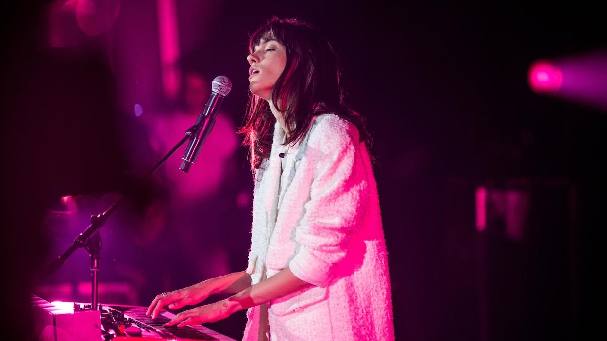 Charlotte Cardin chante et joue du clavier sur scène