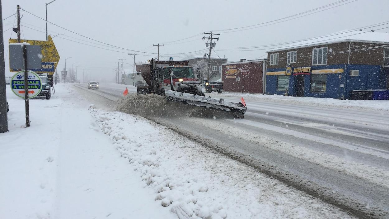 Un chasse-neige à Hearst, dans le Nord de l'Ontario