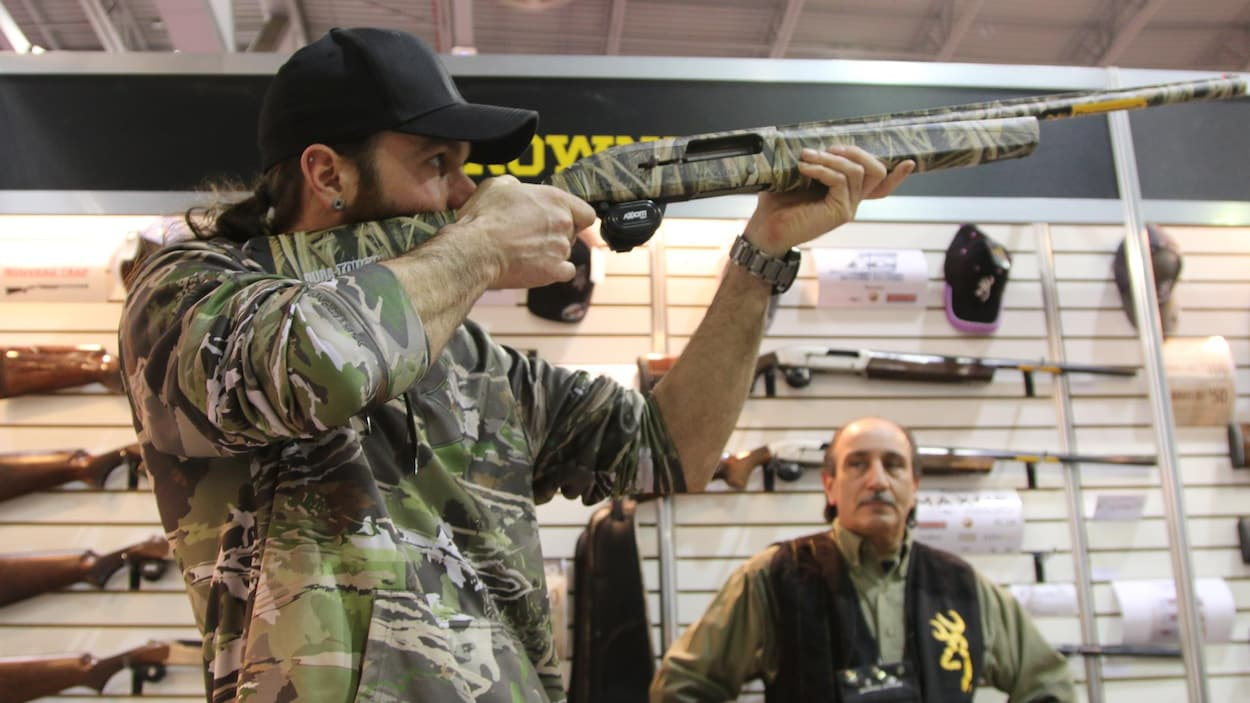 Un chasseur dans un kiosque d'armes à feu.