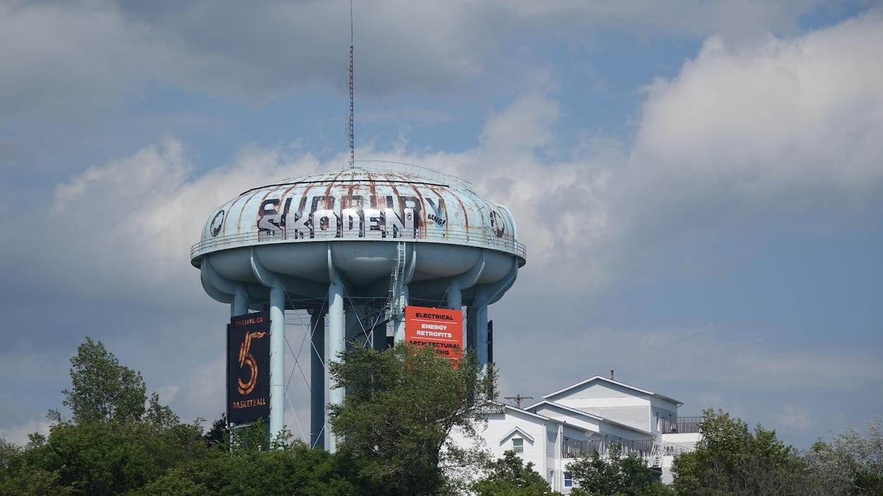 Le mot Sudbury sur l'ancien château d'eau au centre-ville du Grand Sudbury est recouvert par un graffiti qui se lit SKODEN.