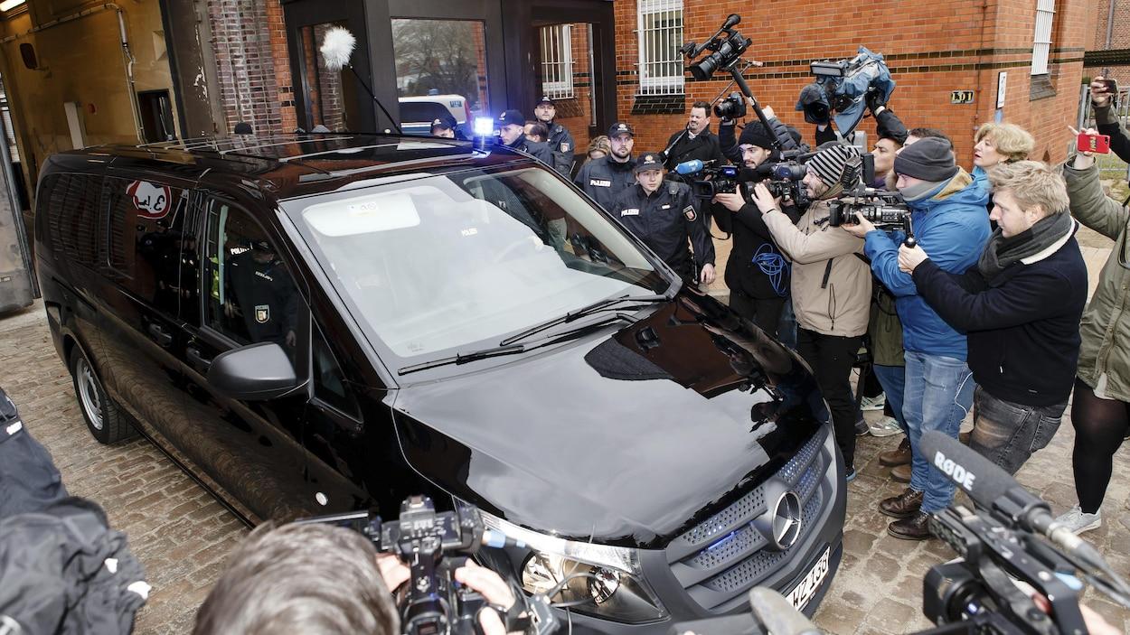Le chef indépendantiste catalan, Carles Puigdemont, quitte la prison de Neumuenster à bord d'une fourgonnette pour se rendre au tribunal.